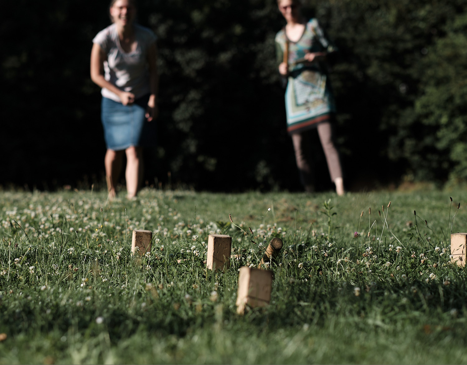 Summer, sun, friends, and game of Hub at the Feldmochingersee. Landing the stick close to the mark