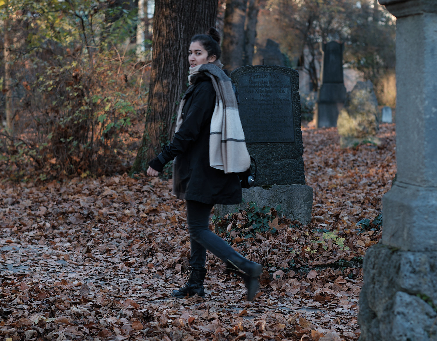 Ines at the alte noerdlicher Friedhof, Munich, photoshooting mid autumn at sunset